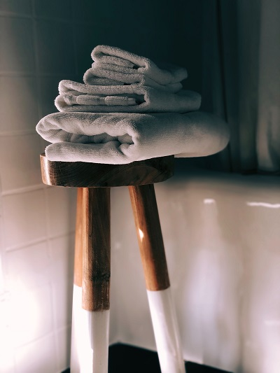 towels-on-stool